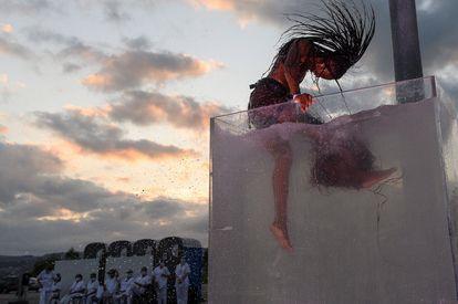 Un momento de la representación del espectáculo 'Nueva Normalidad (NN)', de la Fura dels Baus, en el aparcamiento del Hospital Comarcal de Sierrallana en Torrelavega.