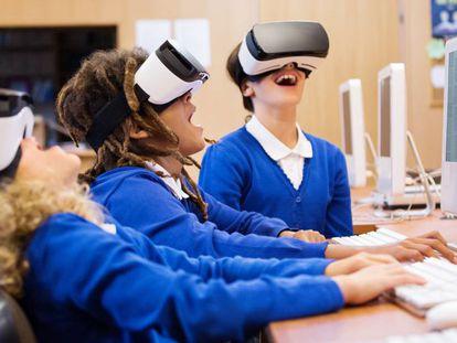 Unos alumnos experimentan en el aula con gafas de realidad virtual.