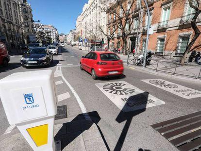 Un vehículo accede al área de tráfico restringido Madrid Central.