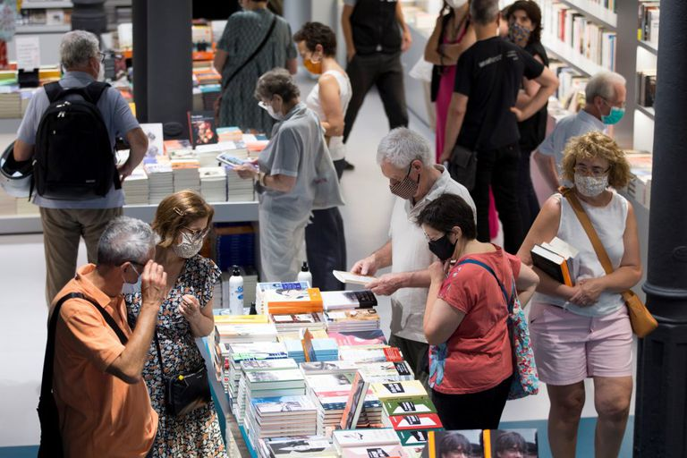 Vista de una librería del centro de Barcelona durante la celebración de este Sant Jordi de verano el 23 de julio.