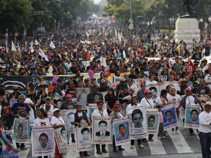 La marcha por los 43 estudiantes de Ayotzinapa, en Ciudad de México.