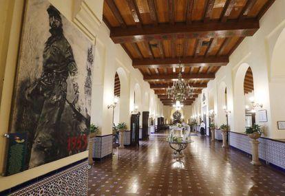 Un cuadro de Fidel Castro adorna el gran vestíbulo principal del hotel Nacional.