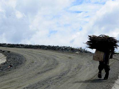 Un campesino camina por la nueva carretera rural que va de Chitomax a Pajales, en el municipio de Cubulco (Baja Verapaz, Guatemala).