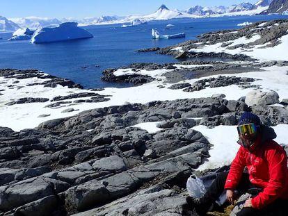 El investigador Miguel Olalla trabajando en la Antártida.