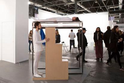 El proyecto de The Ryder destaca por la atención que todo su programa ha prestado a la 'performance' desde su apertura en Madrid hace año y medio. En la imagen, proyecto de William Mackrell presentado en el espacio de la galería en ARCO 2018.