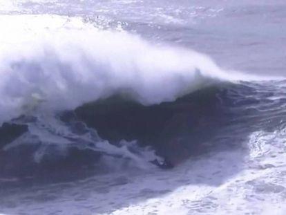 El surfista Alex Botelho momentos antes de sufrir un accidente. En vídeo, la secuencia completa.
