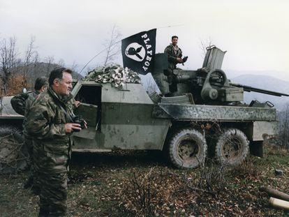 Ratko Mladic (con prismáticos en las manos), durante la guerra de Bosnia Herzegovina en abril de 1994.