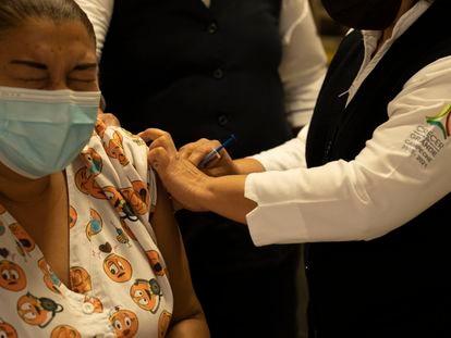 Vacunación de personal médico en Campeche, el primer Estado de México que reanudará las clases presenciales después de Semana Santa.