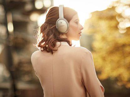 En la imagen, una mujer lleva unos auriculares inalámbricos Bose QuietComfort 35 II, una de las mejores ofertas 'online' de esta semana.