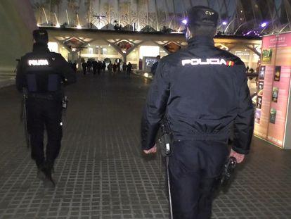 Agentes de la Policía de la Generalitat, de patrulla por València en estas fiestas navideñas.