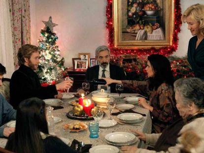 En Navidad siempre hemos comido como si envidiáramos la barriga de Papá Noel. En la la imagen, la familia Alcántara ('Cuéntame') se prepara para la cena de Nochebuena.