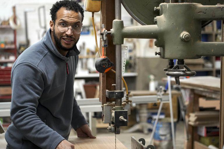 Khalid, marroquí de 36 años, llegó a España en los bajos de un camión hace 20 años y hoy es propietario de una carpintería en Madrid tras estudiar en la Unidad de Formación e Inserción Laboral (Ufil) Puerta Bonita de Carabanchel.