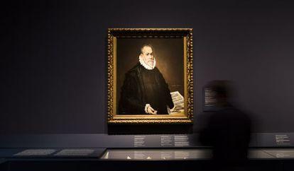 Vista de la exposición con 'Retrato de un médico', de El Greco.