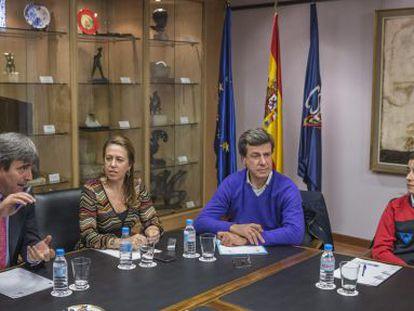 Miguel Cardenal, presidente del CSD, la directora general Ana Muñoz, el presidente de la Asociación de Deportistas Españoles, Cayetano Martínez de Irujo y la campeona del mundo de bádminton, Carolina Marín, durante la reunión.