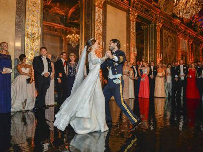 La princesa Sofía y el príncipe Carlos Felipe durante su primer baile tras la boda celebrada en el Palacio Real en Estocolmo (Suecia), el 13 de junio de 2015.