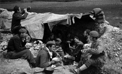 Milicianos de la División Ascaso toman el almuerzo, en el frente de Aragón en 1937, obra de la fotógrafa Margaret Michaelis.