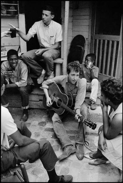 Dylan, en una oficina pro derechos civiles de EE UU, en 1963 en Greenwood (Misisipi).