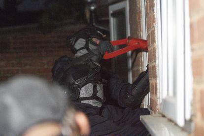 La policía británica asalta una casa en Birmingham gracias a datos obtenidos por una infiltración de varias policías europeas en el sistema de comunicaciones cifrado EncroChat.