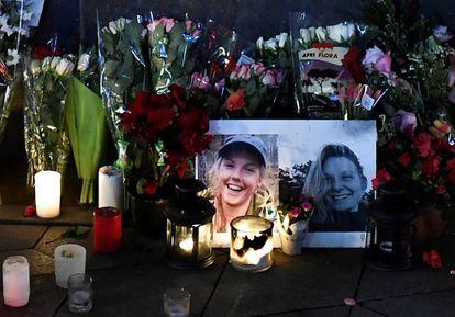 Vigilia en honor a las dos turistas escandinavas asesinadas en Marruecos, en la plaza del Ayuntamiento de Copenhague (Dinamarca).