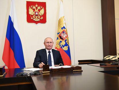 Vladímir Putin, en una reunión por videoconferencia, este lunes desde su residencia de Novo-Ogaryovo.