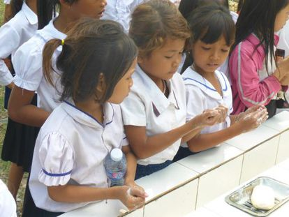 Las alumnas de la escuela de Primaria Tekhak Panh Nhor, de Phnom Penh, en Camboya, usan su nuevo puesto de lavado de manos.