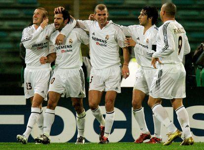 Beckham, Figo, Zidane, Raúl y Ronaldo celebran el segundo gol del Madrid en Roma en 2004 en la única imagen que hay de ellos solos.