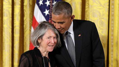 Glück, junto al presidente Obama en 2016, cuando recibió la medalla nacional de Humanidades.