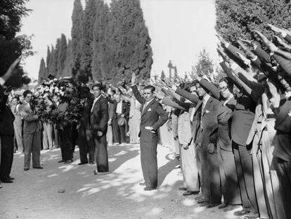 Entierro de Calvo Sotelo, en el cementerio de La Almudena de Madrid, el 14 de julio de 1936.