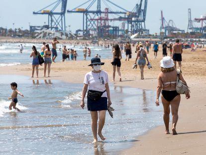 Decenas de bañistas, este lunes en la playa de la Malvarrosa, en Valencia.