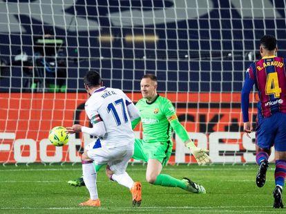 Kike García define ante Ter Stegen tras robarle la pelota a Araujo en el 0-1, este martes en el Camp Nou.  / A. GARCÍA (EFE)