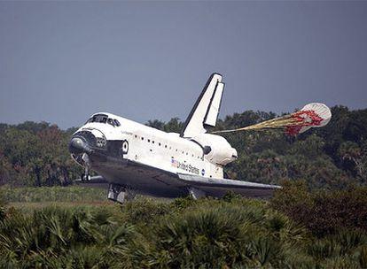 El 'Endeavour' toca tierra en el Centro Espacial Kennedy en Cabo Cañaveral (Florida, EE UU)