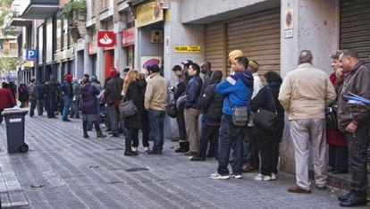 Colas en la oficina de extranjería de la calle de Múrcia de Barcelona.