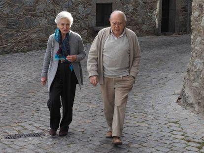 Jordi Pujol y su esposa, Marta Ferrusola, en Queralbs, en el Pirineo catalán, en diciembre de 2015. En vídeo, Anticorrución destapa una nueva posible fortuna de los Pujol en Andorra.