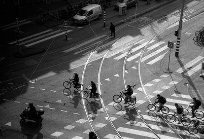 Un grupo de ciclistas circula por una calle de Ámsterdam.