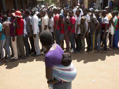 Una multitud de ciudadanos hace cola frente a un supermercado en Harare, Zimbabue, el 25 de marzo de 2020.