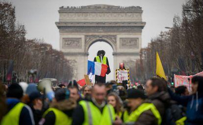 Protesta de los 'chalecos amarillos' ante el Arco del Triunfo en los Campos Elíseos de París, el pasado día 5.
