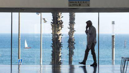 Un médico habla por teléfono en el vestíbulo del Hospital del Mar.
