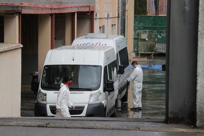 Furgonetas de la residencia Vitalia en Leganés, una de las varias residencias privadas de personas mayores que serán dirigidas por funcionarios, el pasado 1 de noviembre.