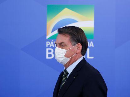 El presidente de Brasil, Jair Bolsonaro, llega con barbijo a la sala de prensa del Palacio Planalto.