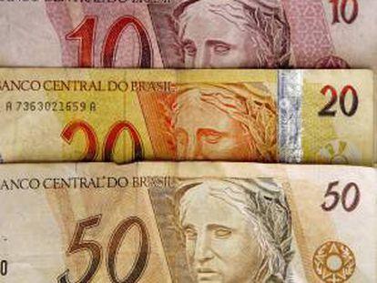 El equipo es capaz de aceptar hasta quince monedas diferentes y su uso permitirá descongestionar las tradicionales casas de cambio, además de facilitarle a los turistas más puntos para ese servicio. EFE/Archivo