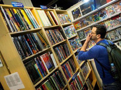 Un visitante busca obras en el salón del cómic de Barcelona, ayer.