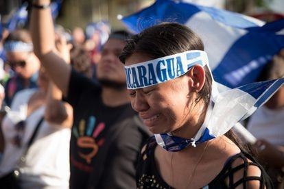 Una joven llora al escuchar el himno nacional de Nicaragua durante una protesta en abril de 2018, en Managua.