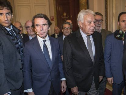 José María Aznar, segundo por la izquierda, y Felipe González, este jueves en el Congreso. En vídeo, sus declaraciones.