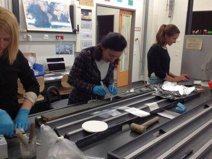 Las coautoras del estudio, tomando muestras del límite Cretácico/Terciario en un sondeo. De izquierda a derecha: Jessica Whiteside, Laia Alegret y Pincelli Hull.