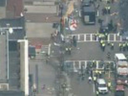 Dos explosiones han detonado en el hotel que servía de cuartel general a la organización. Una tercera bomba explotó en la Biblioteca JFK, sin causar víctimas