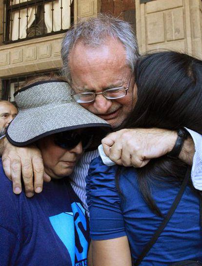 El poeta mexicano Javier Sicilia se abraza a sus familiares, en una imagen tomada el pasado 1 de abril, tras leer un poema escrito para su hijo, asesinado y torturado por el narco.