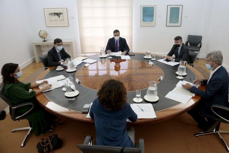 El presidente del Gobierno, Pedro Sánchez, preside la reunión del comité de seguimiento del coronavirus, al que asiste el ministro de Sanidad, Salvador Illa (a su derecha).