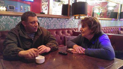 El líder asesinado de la autoproclamada República de Donetsk, Alexander Zajarchenko, en una entrevista con Pilar Bonet, en 2017 en un hotel de Donetsk
