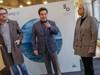 El director musical de la Sinfónica de Euskadi, Robert Treviño (centro), en la presentación del proyecto sobre Elcano.