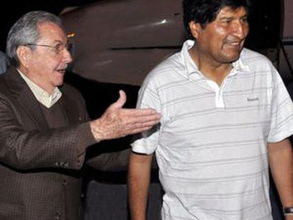 El presidente cubano, Raúl Castro, recibe este domingo a su homólogo boliviano, Evo Morales, a su llegada a La Habana en un viaje en el que visitará a Hugo Chávez en el hospital.